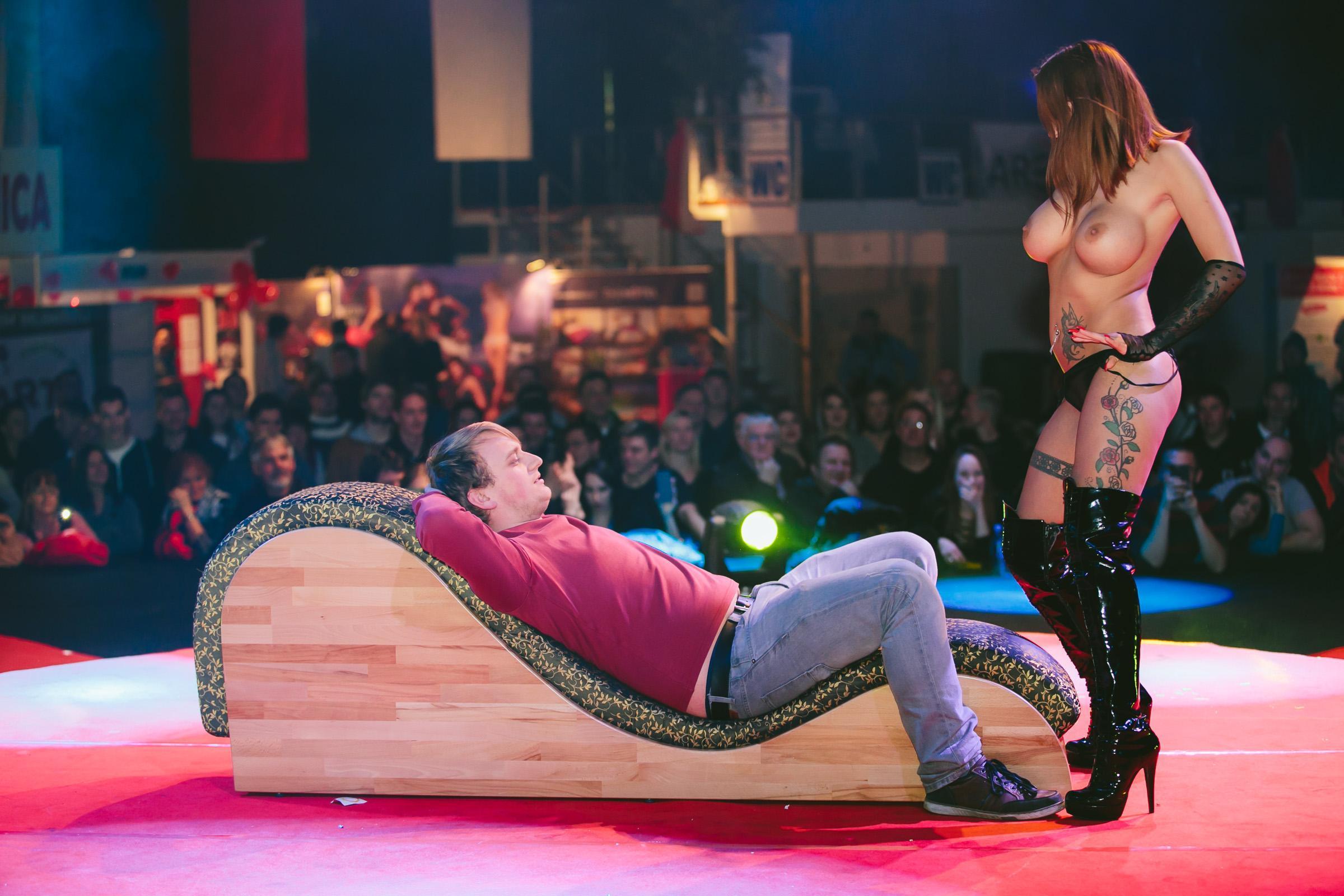 эротическое шоу томаса блачмана на датском тв колени меня